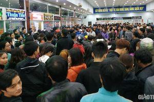 'Biển người' chen chân mua vé xe Tết từ 3 giờ sáng ở Đà Nẵng