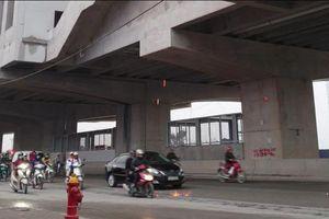 Dự án đường sắt trên cao Nhổn – Ga Hà Nội: Thi công cẩu thả, tia lửa rơi lả tả xuống dòng người tham gia giao thông