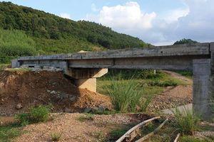 Cầu 48 tỷ xây 10 năm chưa xong, dân đi đường vòng