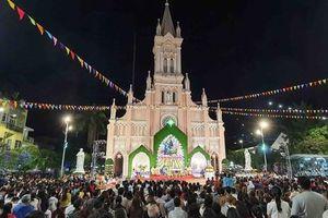 Hàng nghìn người đổ về Nhà thờ Chính tòa Đà Nẵng đón Giáng sinh