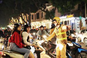Cảnh sát hóa trang xử phạt hàng loạt bãi xe 'chặt chém' đêm Noel