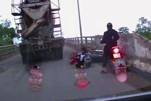 Lạnh người chứng kiến cảnh nữ sinh đi xe máy suýt bị cuốn vào gầm xe bồn