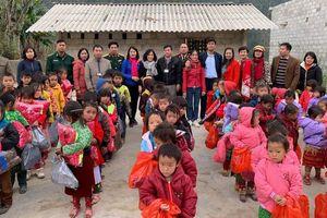 Đại học Công nghệ GTVT tặng gần 100 triệu đồng cho trẻ em nghèo vùng cao
