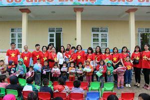 Tặng áo ấm cho trẻ em vùng cao Quảng An