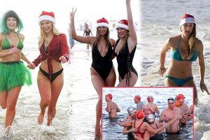 Mặc giá lạnh 7-8 độ C, loạt cô gái đổ xô đi tắm biển dịp Giáng sinh