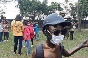 Phản cảm hành vi của du khách với quần thể tượng tại khu di tích quốc gia đặc biệt Nguyễn Bỉnh Khiêm