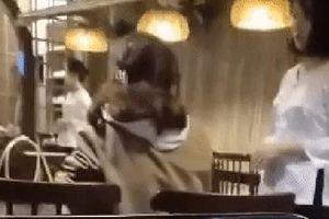 Clip: Nữ thực khách đập bàn, đòi đuổi việc nhân viên nhà hàng ở Đà Nẵng chỉ vì đĩa rau có hành