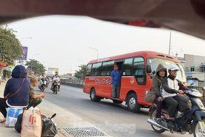 Hiểm nguy rình rập khi bắt khách dọc đường ở TPHCM