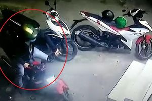 Tên trộm cuỗm xe máy trước cửa hàng tiện lợi
