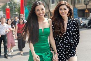 Hoa hậu Khánh Vân, Á hậu Kim Duyên thân thiết giữa phố