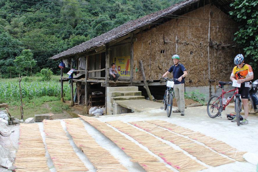 Phja Thắp làm du lịch gắn với nghề truyền thống