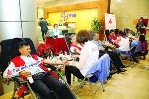 Hàng nghìn cán bộ, công nhân viên ngành điện tham gia hiến máu cứu người