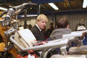 Thủ tướng Anh được bạn gái tặng xe máy cũ giá 30 triệu đồng