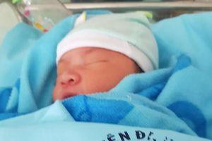 Bé trai sơ sinh bị bỏ rơi ở bệnh viện