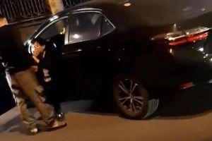 Gã thanh niên cầm gậy bóng chày hành hung lái xe trong đêm