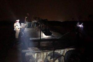 Cục Cảnh sát giao thông bắt 6 tàu hút trộm cát trong đêm