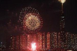 Pháo hoa rực sáng từ tòa Landmark 81, người Sài Gòn háo hức chào đón năm mới 2020