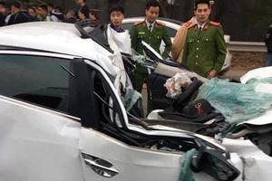 Xe ô tô Mazda tông vào đuôi xe ben bẹp nát đầu, tài xế tử vong trong buồng lái