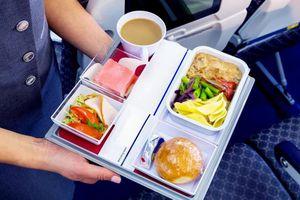 Vì sao thức ăn trên máy bay thường có vị lạ?
