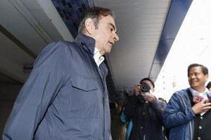 Hai nhân viên giúp cựu chủ tịch Nissan qua mặt an ninh sân bay