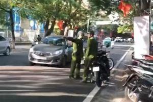 Cảnh sát trật tự 'tuýt còi' chiến sỹ công an đi xe máy ngược chiều trên phố Hải Phòng