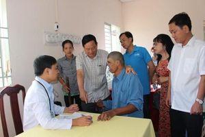 Khám, chữa bệnh miễn phí bằng thiết bị y tế hiện đại cho 500 bà con huyện Phong Điền