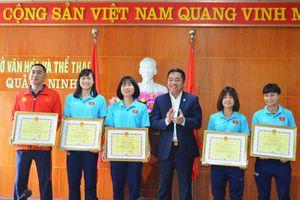 Trao bằng khen cho VĐV, HLV Đội bóng đá nữ Than khoáng sản Việt Nam tham dự SEA Games 30
