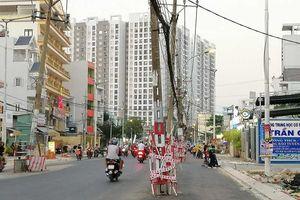 Mối nguy từ cột điện 'chình ình' giữa đường