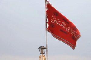 Giải mã 'cờ đỏ báo thù' lần đầu treo trên nóc nhà thờ Hồi giáo Iran