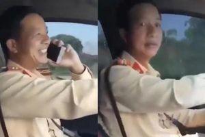 Thiếu tá CSGT vừa lái xe vừa nghe điện thoại, không thắt dây an toàn