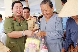 Chương trình 'Tết vì người nghèo' mang cái Tết ấm áp cho bà con quê hương Cờ Đỏ