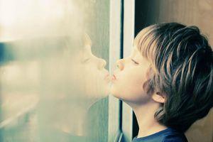 8 dấu hiệu tự kỷ ở trẻ cha mẹ cần biết