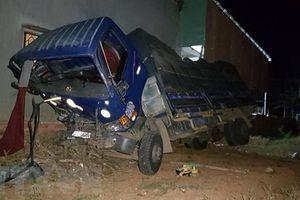 Xe tải đâm vào nhà dân, 3 người bị thương, 8 người đang ngủ thoát chết