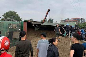 Hưng Yên: Xe chở cát bị lật đè chết 3 ông cháu