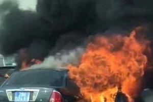 Xe ô tô biển xanh bốc cháy ngùn ngụt trên đường vành đai 3