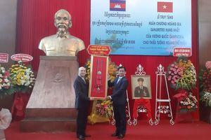 Truy tặng Huân chương Hoàng gia hạng Nhất của Vương quốc Campuchia cho Thiếu tướng Hoàng Thế Thiện