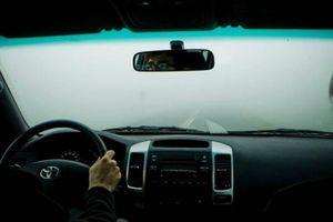 Lái xe gặp phải sương mù cần chú ý điều gì để đảm bảo an toàn?