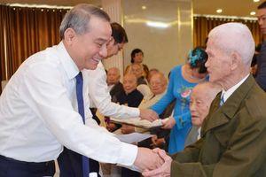 Mừng thọ, tặng quà hội viên Câu lạc bộ Thái Phiên