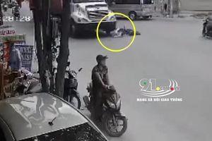 Va chạm với xe container, người phụ nữ đi đạp điện bị cuốn vào gầm