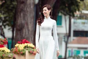 Hoa hậu Khánh Vân diện áo dài xuống phố đón xuân