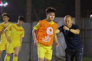 Chùm ảnh: U23 Việt Nam hào hứng tập luyện, thầy Park 'chỉ bài' Quang Hải