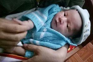 Bé trai 20 ngày tuổi bị bỏ rơi trước cổng nhà cùng lá thư đẫm nước mắt của người mẹ