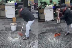 Người đàn ông hắt nước bẩn lên ô tô đỗ trước cửa hàng