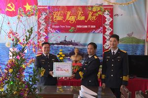 Bộ Tư lệnh Vùng 1 Hải quân thăm, chúc tết quân dân đảo Trần, Trà Bản