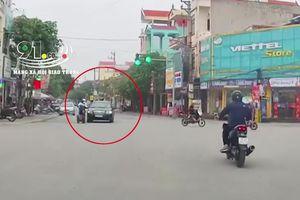 Xe đạp điện tạt đầu ô tô giữa ngã tư, đâm vào xe máy ngã sõng soài