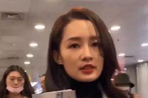 Lý Thấm xuất hiện tại sân bay với khuôn mặt mệt mỏi cùng với vài nốt mụn khiến fan lo lắng