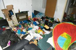Cặp vợ chồng bỏ mặc con trai 7 tuổi trong căn nhà ngập ngụa rác thải
