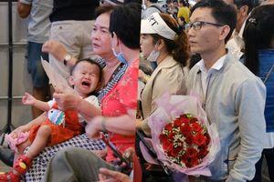 Sân bay Tân Sơn Nhất đông nghẹt: Trẻ em ngủ gục, người lớn cầm sẵn hoa chờ đón Việt kiều về nước ăn Tết