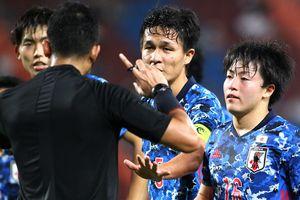 Cầu thủ Nhật Bản năn nỉ trọng tài dùng VAR để bỏ penalty