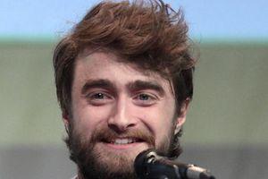 Không cắt tóc, cạo râu lâu ngày, 'Harry Potter' Daniel Radcliffe bị nhầm là người vô gia cư